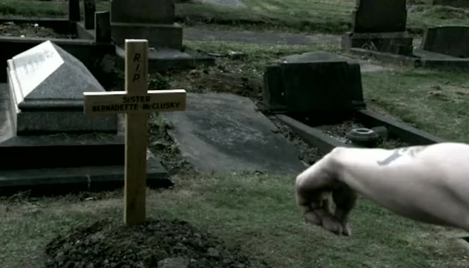 手臂把独臂男带到坟墓前,原来独臂男新装的手臂,来自一位修女