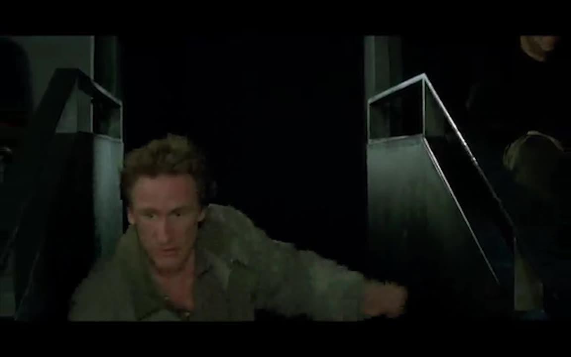 警官们来抓捕劫匪,没想到他居然躲在了这个地方,太笨了