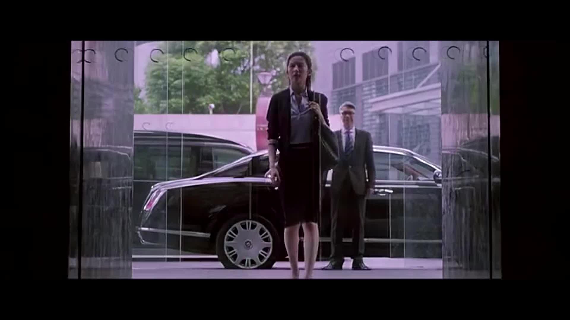 女人从车上下来环顾四周,走进大厅,进入到房间里