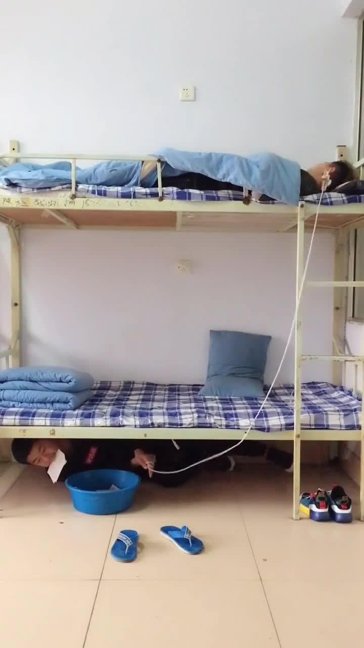 #搞笑趣事#宿舍要是真有这样的损友,真不知道会发生什么,,,,