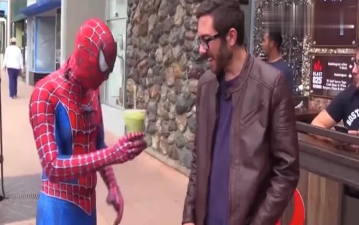 国外恶搞:街头乞讨新方式,直接变身蜘蛛侠,各种耍帅扮怪!