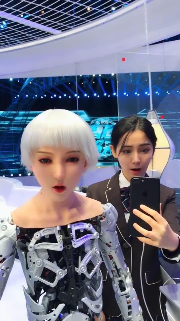 #奇趣精选#注意美女和机器人的表情,完全同步,高科技啊