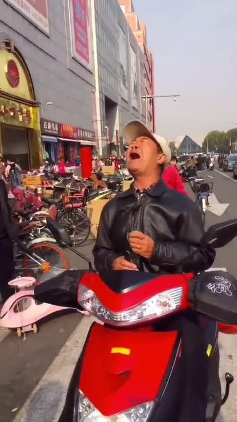 #搞笑#天津网红大爷又唱成名曲,这是天堂的老伴最喜欢的歌吧!(1)