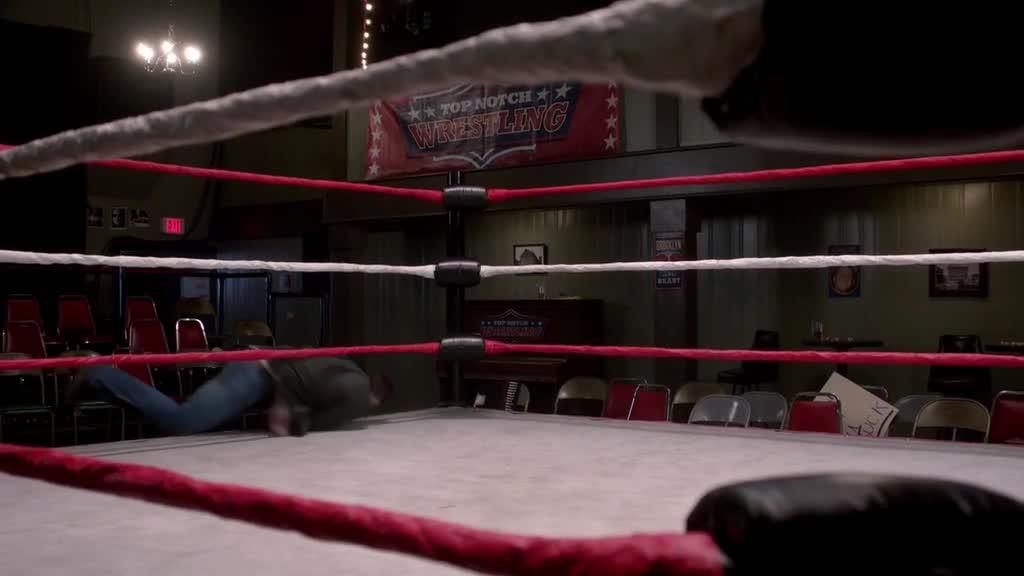 中二男子假装自己是摔跤手,跟空气搏击,被美女看到后尴尬了