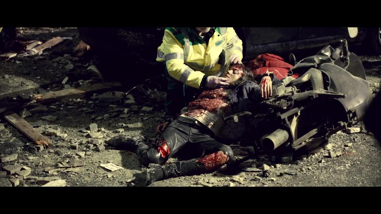 这里发生了爆炸,现场的受害者太可怜了,这个男子吓坏了