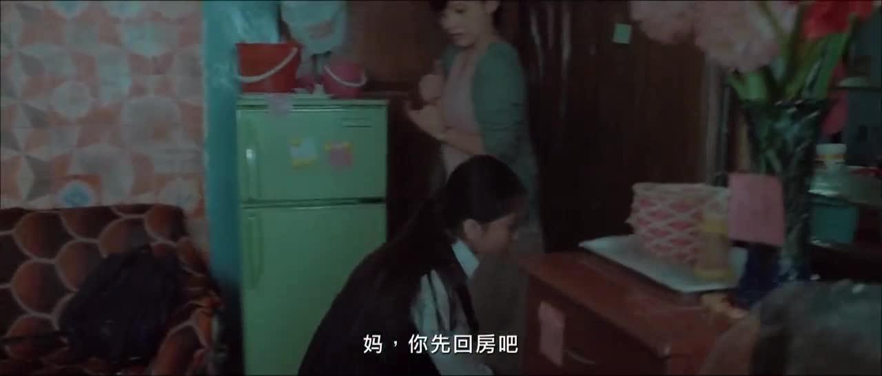 家里漏雨,男子用浴缸排水,女子看了差点疯了