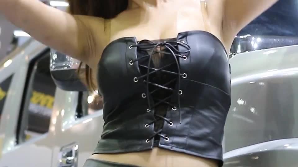 小姐姐穿了一身皮衣真的很性感