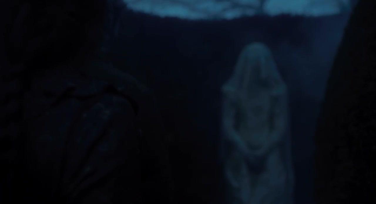 女子走到花园,居然发现了白衣新娘,这是见鬼了吗