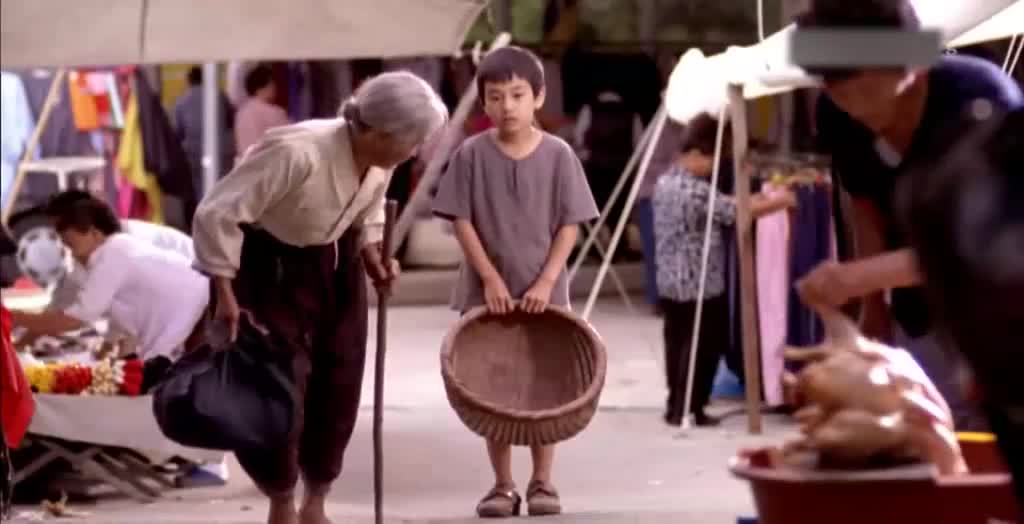 看看外婆卖菜,再看看鞋,小孩很难受