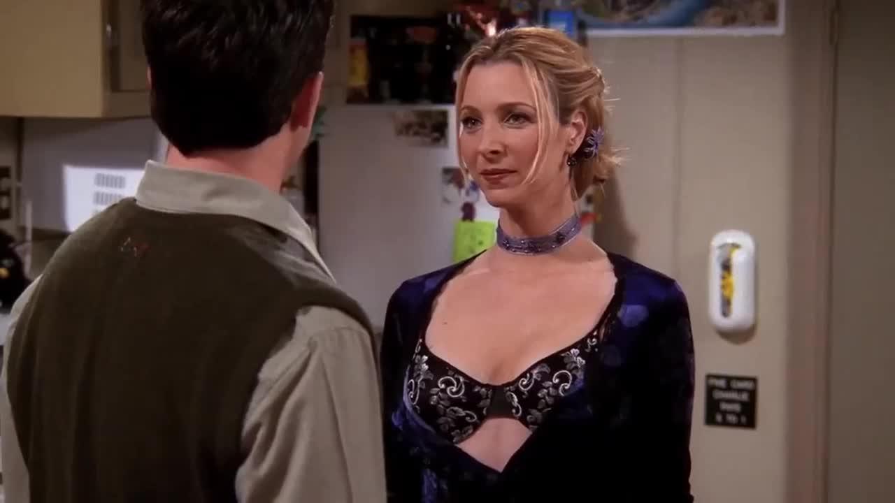 男子突然这样做,粉衣女震惊了,而紫衣女却开心得不得了