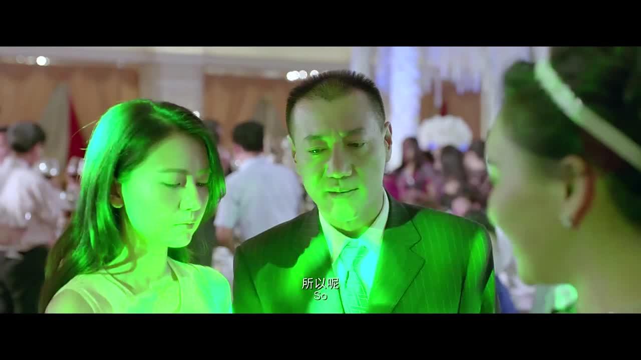 新娘恶意整蛊女子,被带上台出丑,被女子朋友救下