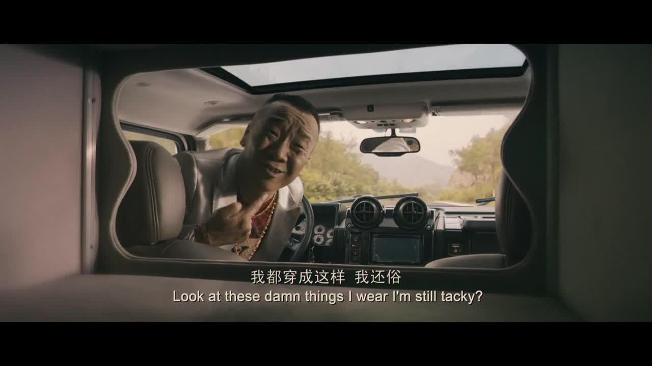 男子开车不看路,太危险啦,居然还说自家马桶是黄梨花的