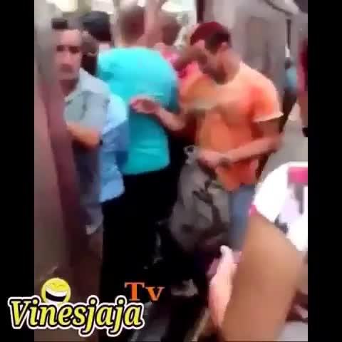 国外某男子乘地铁,意外发生了!(我先笑为敬)