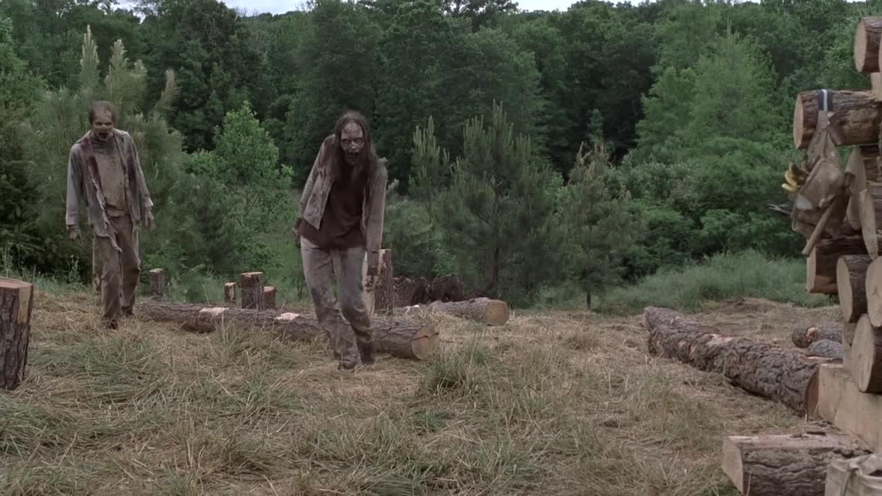 #经典影视#大难临头各自飞,工人发现僵尸袭来,扔下木头砸中工友!
