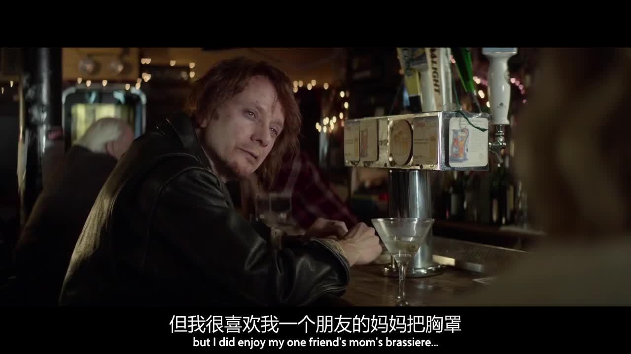 美女在酒吧喝酒,跟小伙聊里一会,半天就答应嫁给他