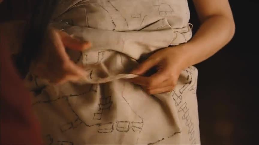 她衣服里裹的,乃是曹营的军事布防图,是她多日在曹营画的