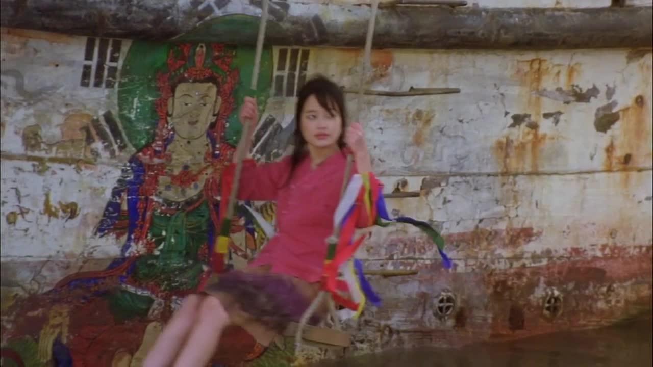 老爷爷对着小女孩射弓箭,女孩还笑呵呵,原来竟然是在干这个