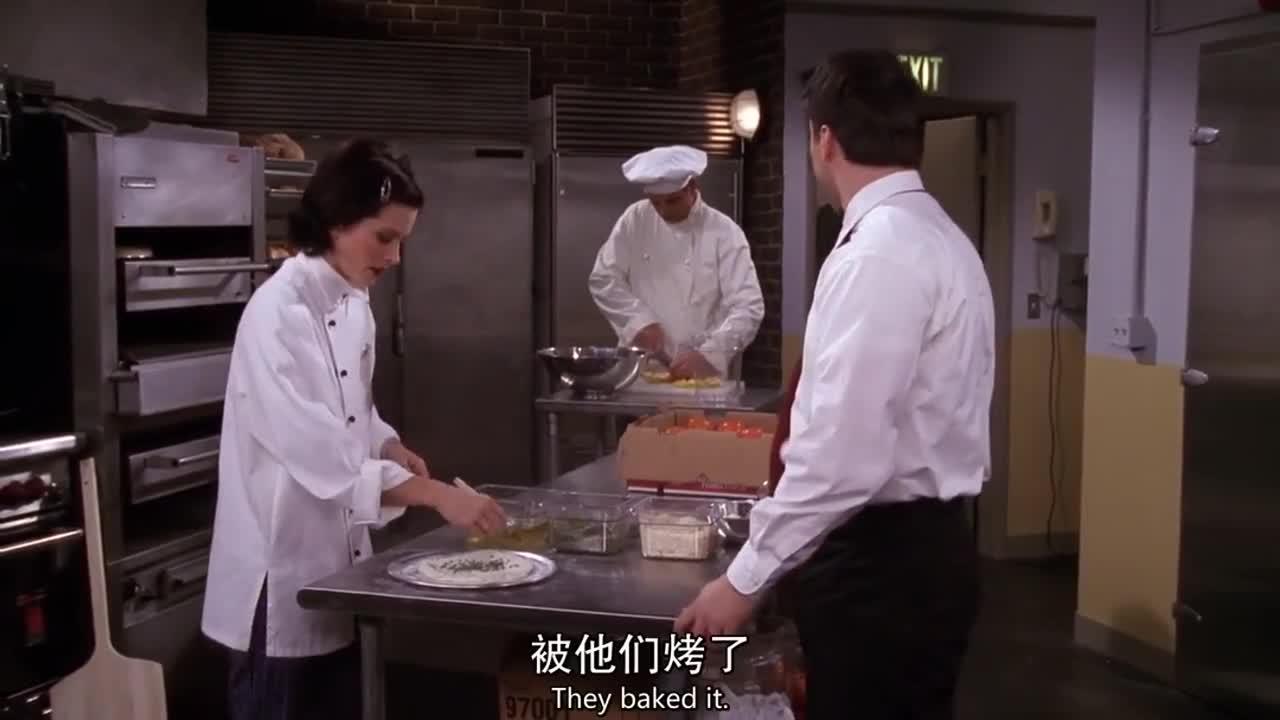 女子在厨房工作,一衬衣男子进来后,竟然这样对待她