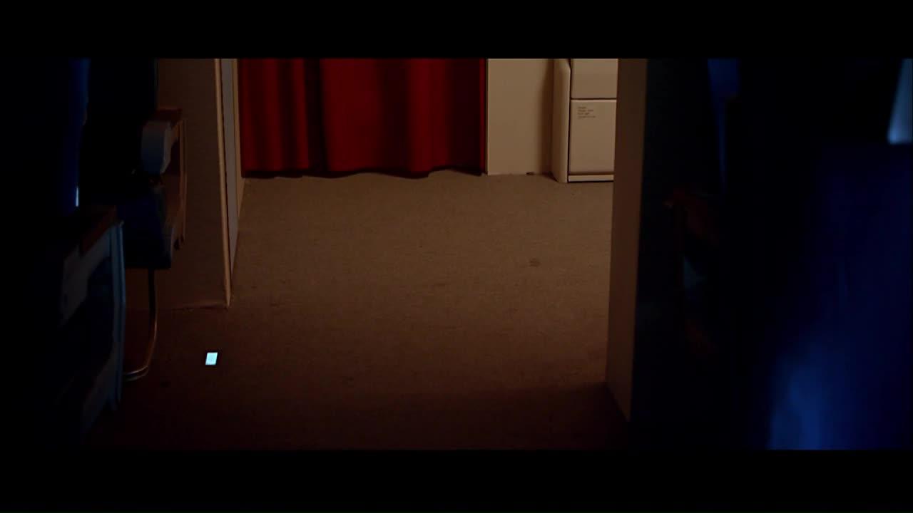 大家正聚精会神的盯着窗帘,怪物终于漏出了真面目