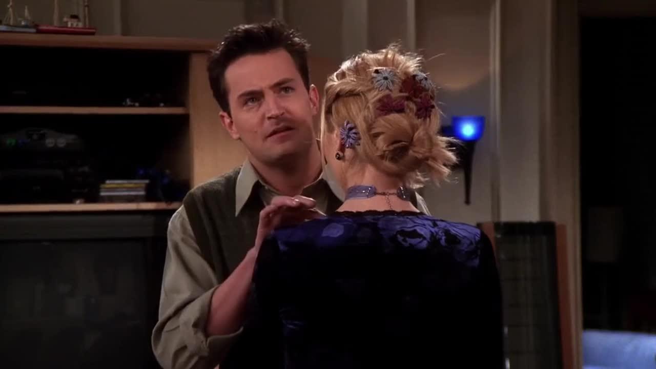 男子告诉女子很爱她,于是两人互相告白,感人的相拥在一起