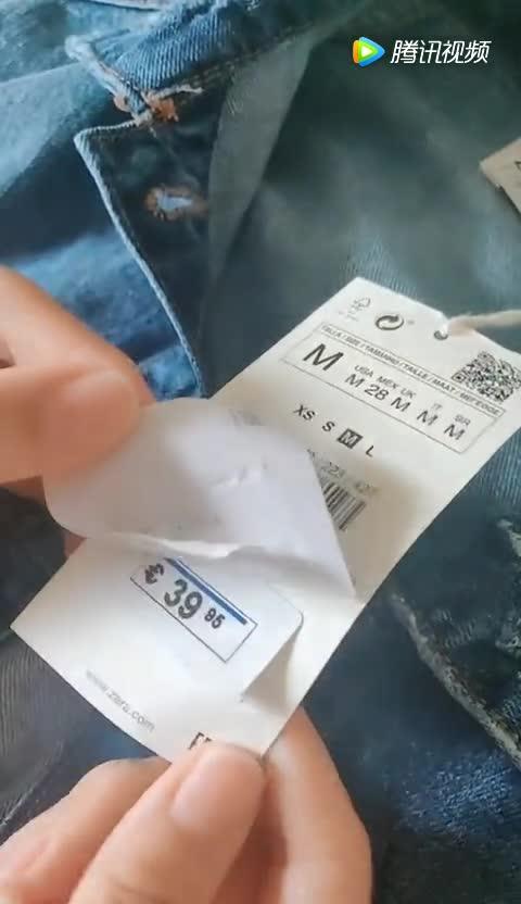 #美女#专卖店买了件衣服,撕开吊牌后看傻了