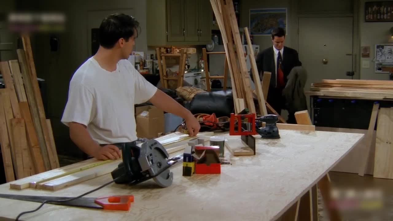 男子回家时,发现室友居然在干这种事,害得男子摔倒