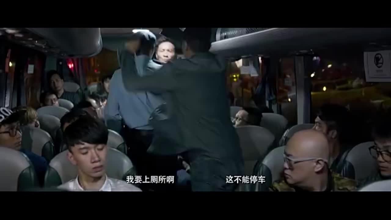 众人以为逃出生天,没想到还有歹徒在车上,再次被劫持