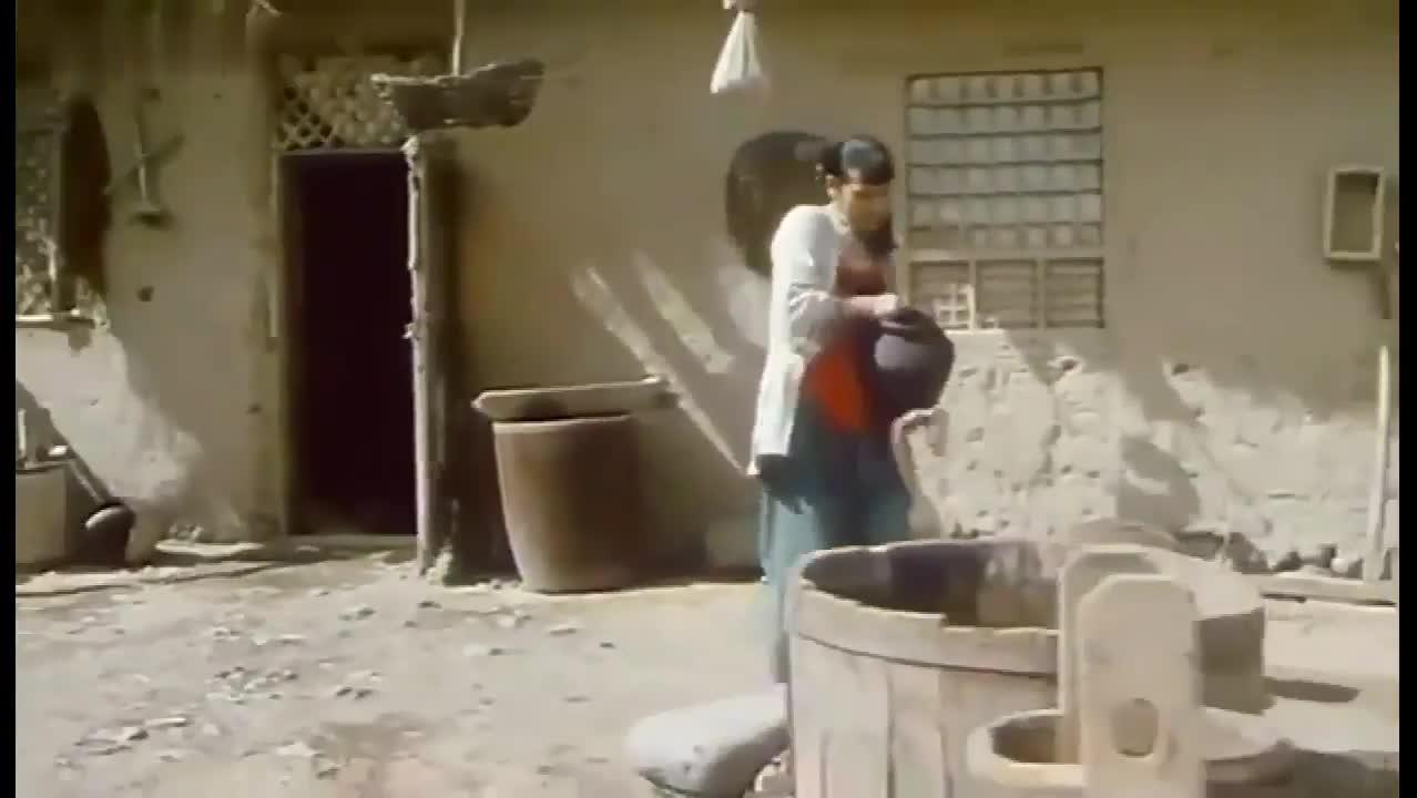#经典看电影#村妇大白天露天洗澡,太随便了,路过的人有眼福了!