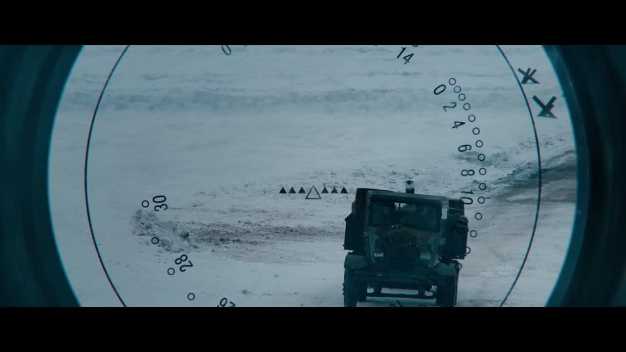小伙被坦克锁定,居然选择这样逃跑,真惊险