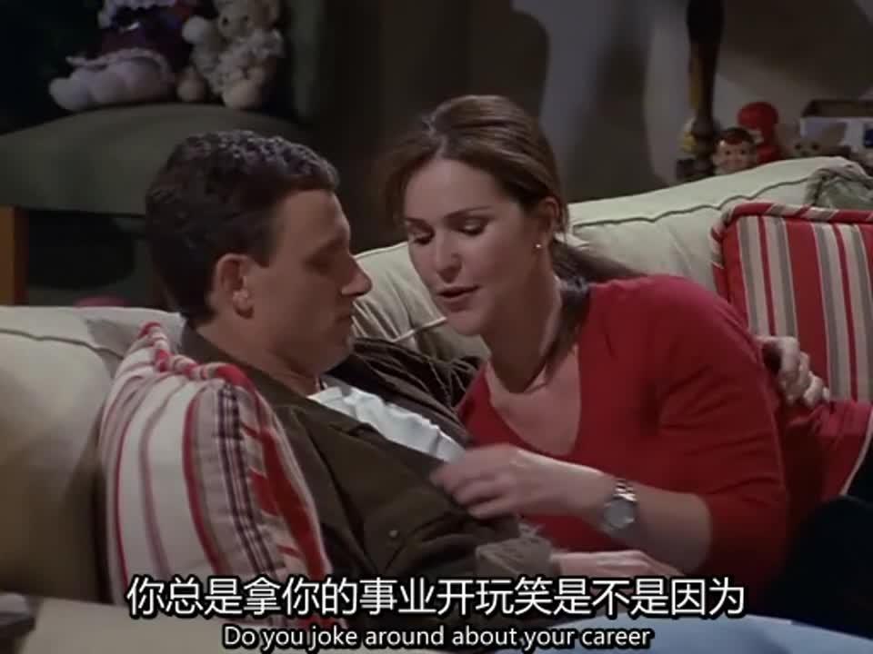 情侣坐在沙发上,男子赞美女孩是漂亮的鼹鼠,女孩十分开心