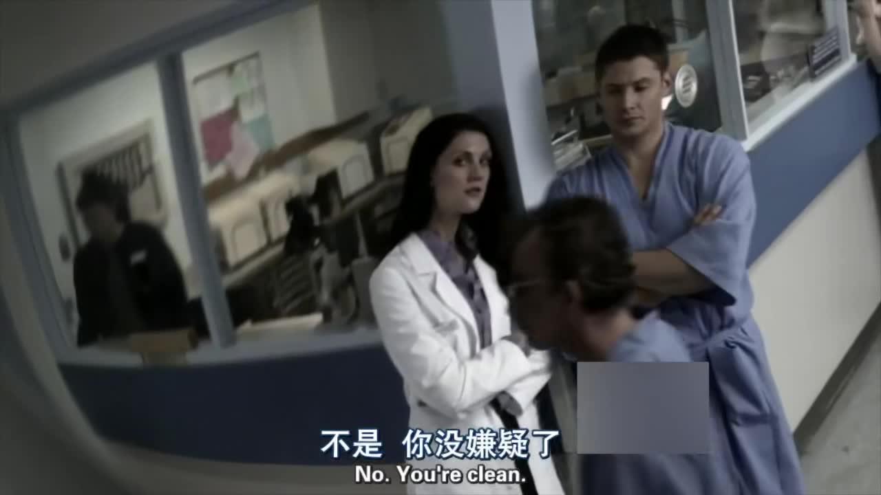 男子和女护士聊天,无意间看到监控,一张鬼脸出现了