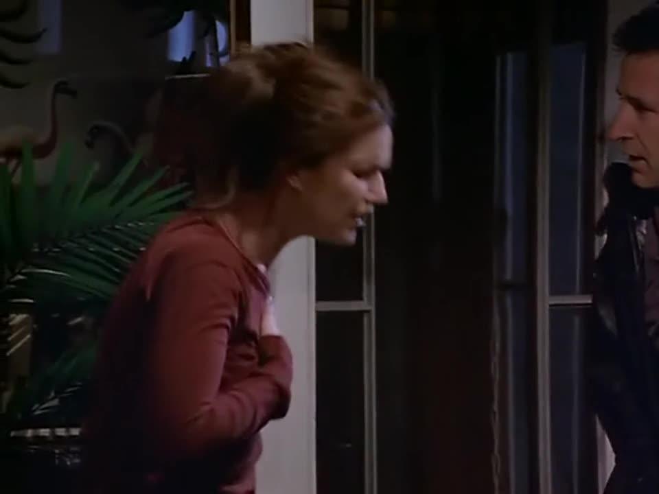 男子背着书包突然出现,女子很好奇,原来是男子从窗户进来的