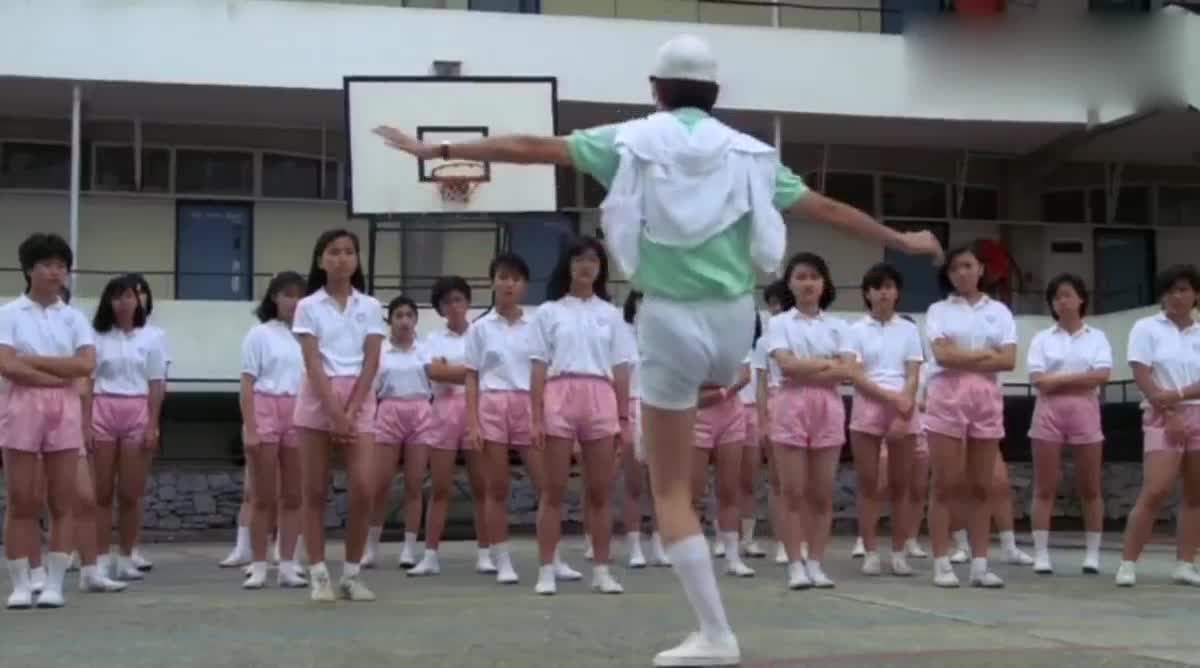 新老师教热身运动被嫌弃,一招高难度动作使出后,瞬间挽回颜面