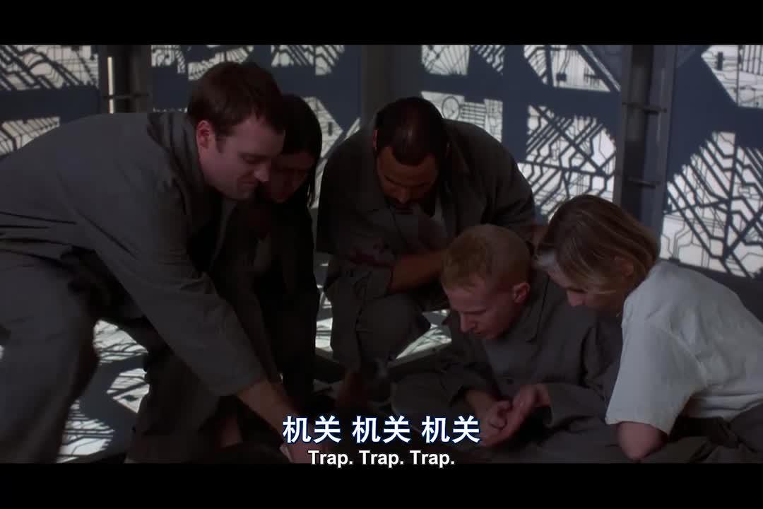 小伙碰到声控机关,这要是出一点差错,就会被劈成碎片