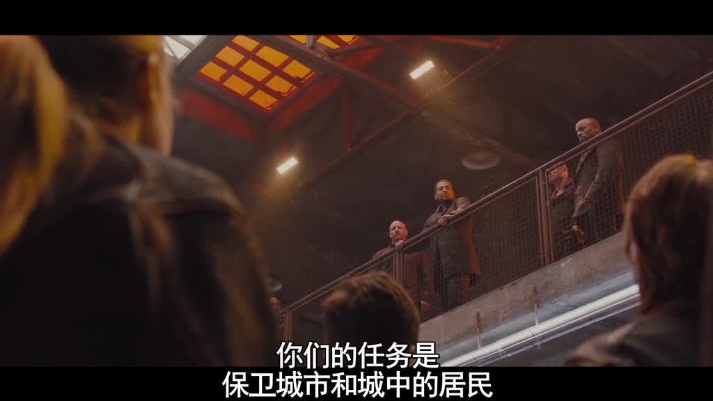 他们高高兴兴吃着饭,突然二楼出现了教官,女子被抬到下面
