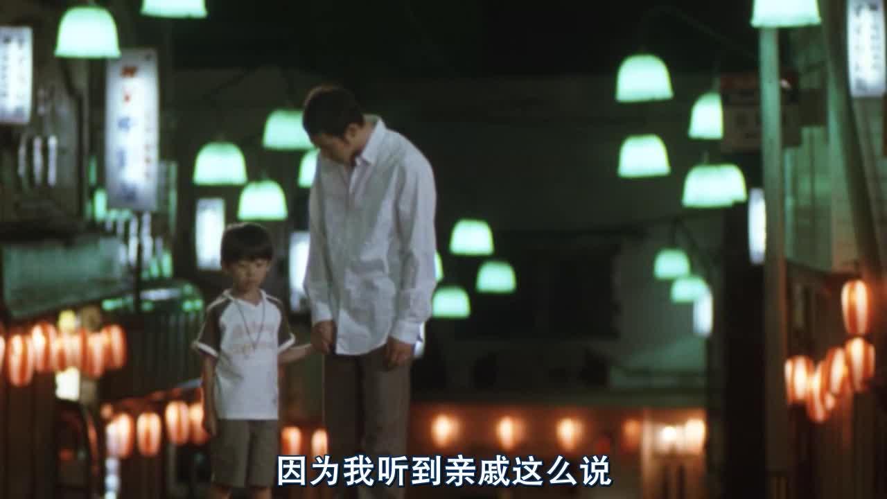 父子两人都想妈妈了,但是却什么都做不了,只能看录影思念