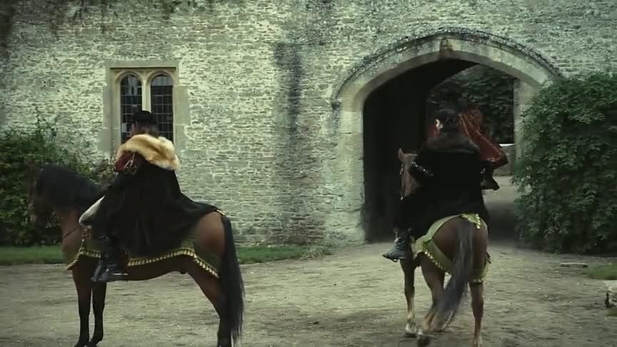 国王相中了女主,要求她进宫,女主也是很不情愿