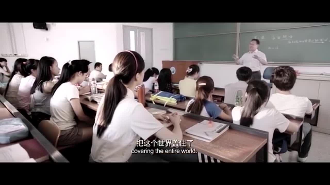 被上司批评,回想到学生时代的老师,女子陷入了沉思