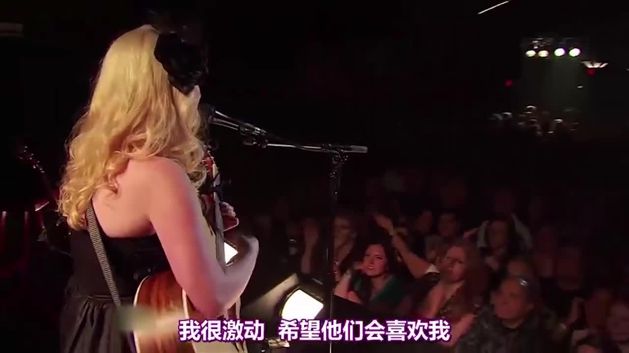 导师们在台上弹吉他,与观众互动,现场气氛十分火热