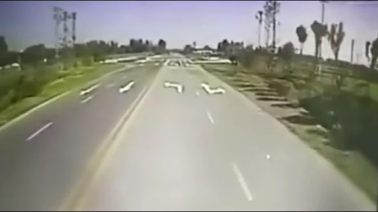 #车祸#大货车小轿车飞速闯十字路口结果发生猛烈碰撞
