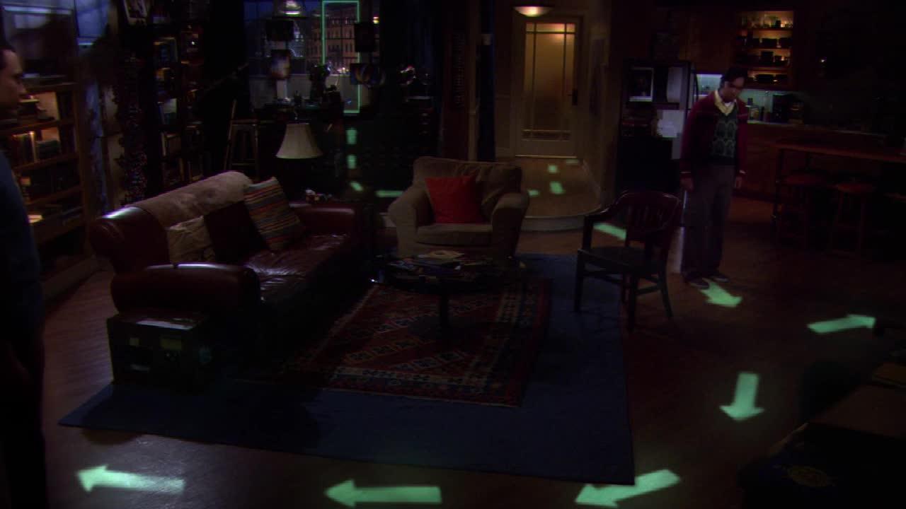 男子关掉灯后,地板上出现了神奇的图案