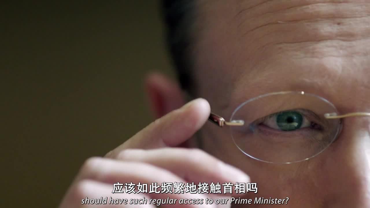 中年男人接受审讯,中途带上眼镜,眼睛竟然能显示出他们的资料