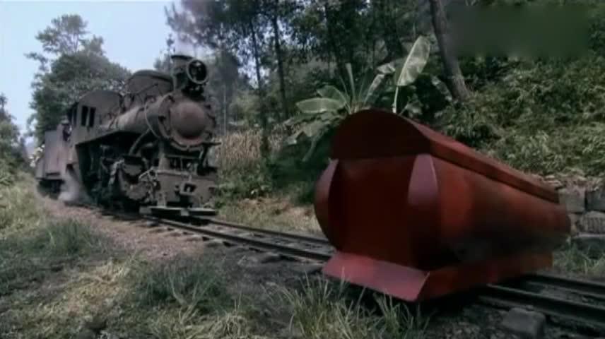 铁路上摆着口棺材,火车上的人都下车参观,怎料下一秒全都遭殃了