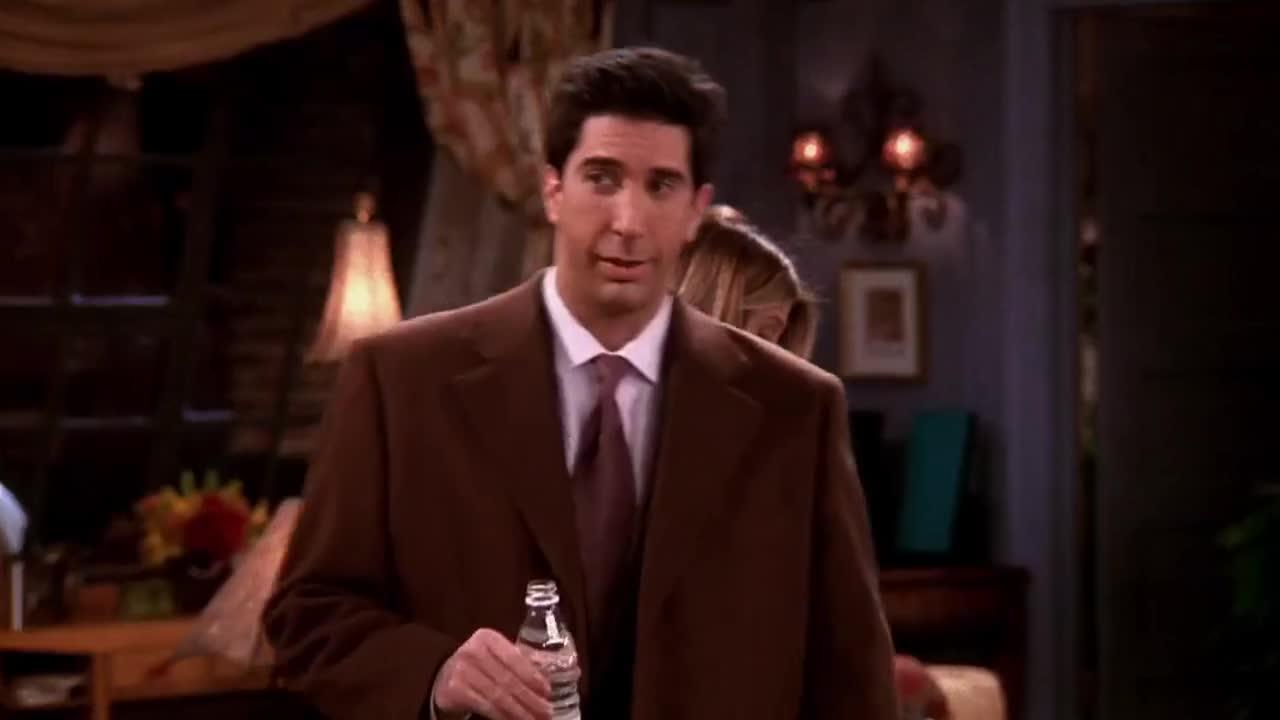 看着朋友们都拿着礼物出门,长脸男一脸无所谓,还在淡定喝水