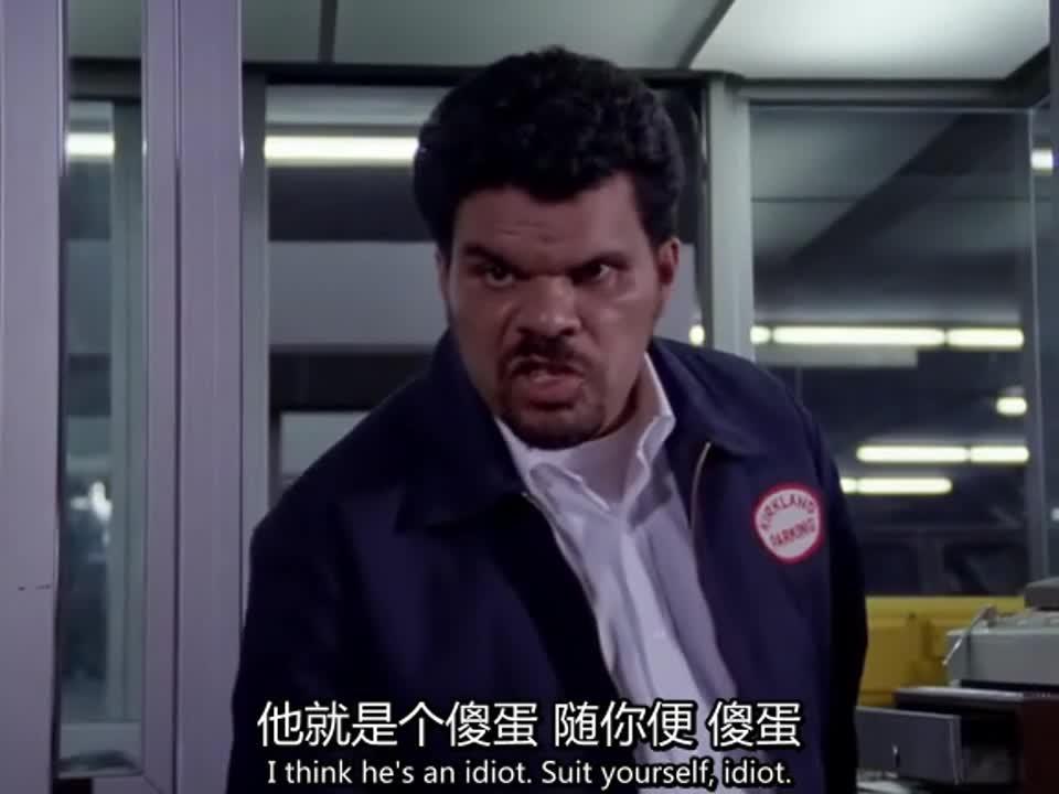 男子在停车场做出无厘头事情,被管理员骂傻蛋,随后被众人围住