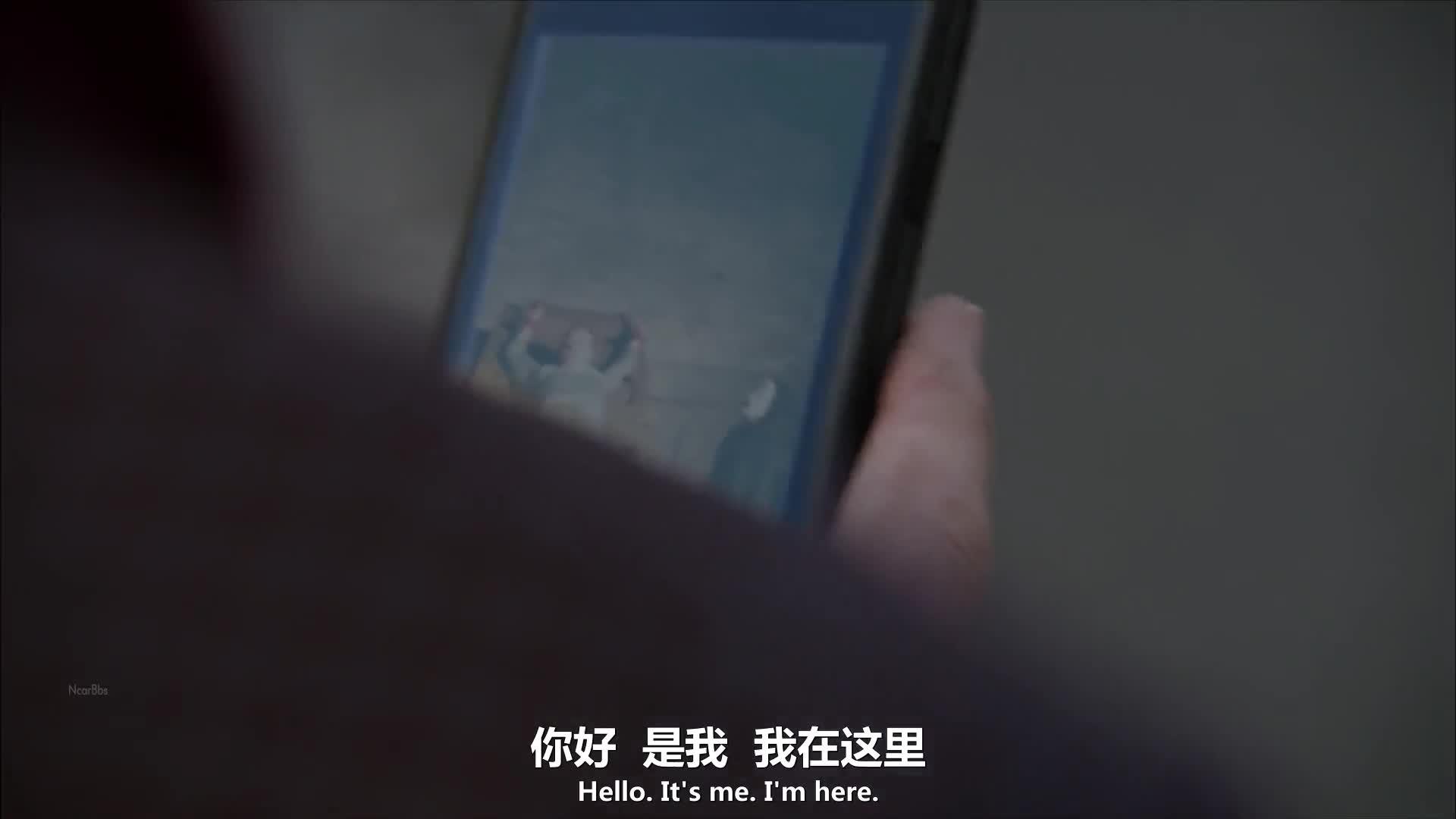 伊丽莎白奉命到德斯家了解情况,其父母在一小时前收到勒索视频