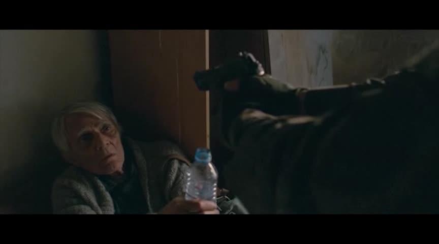 在战争中,独自一人面对全城的敌人,救下一名老人好英勇呀