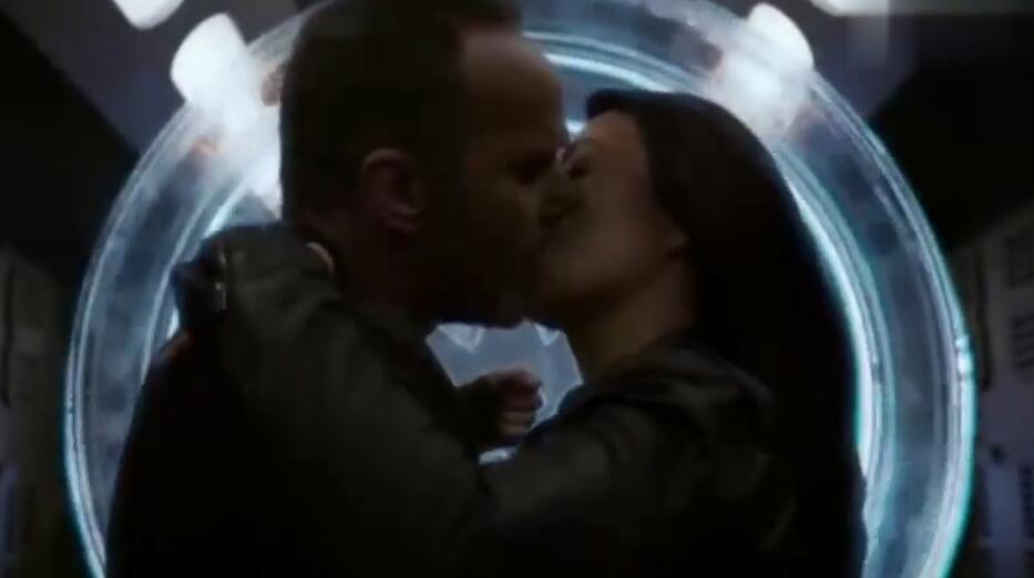 #经典看电影#神盾局特工真会玩:枪林弹雨中,科尔森居然举着盾牌强吻梅!