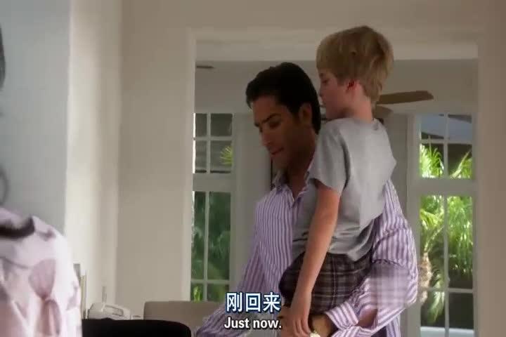 男子回来没有通知家人,男孩看见男子回来,激动的从楼上跑下来