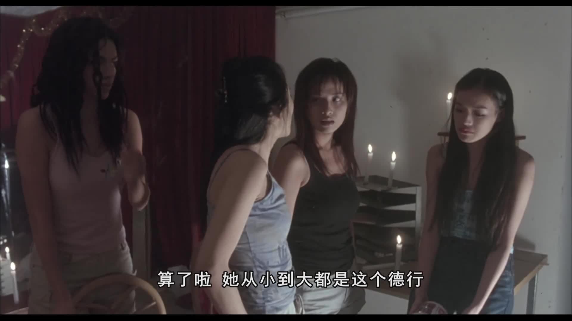 六个女人和一个男人在同一个屋子,让男人陪她们喝酒